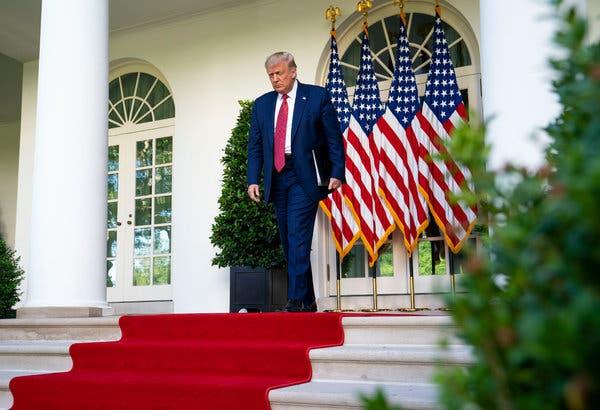 Trump bajando las escaleras bc9c6-articleLarge